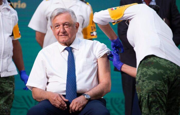 López Obrador recibe vacuna de AstraZeneca