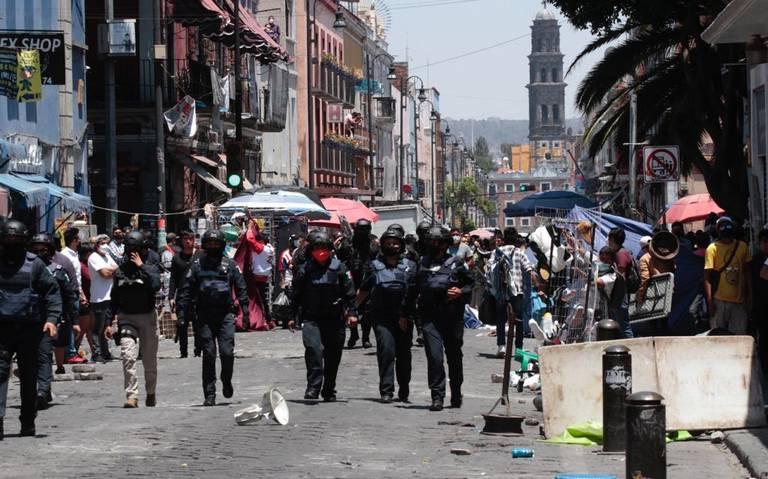 Con machetes y palos, ambulantes protagonizan riña en Centro de Puebla por disputa de calles