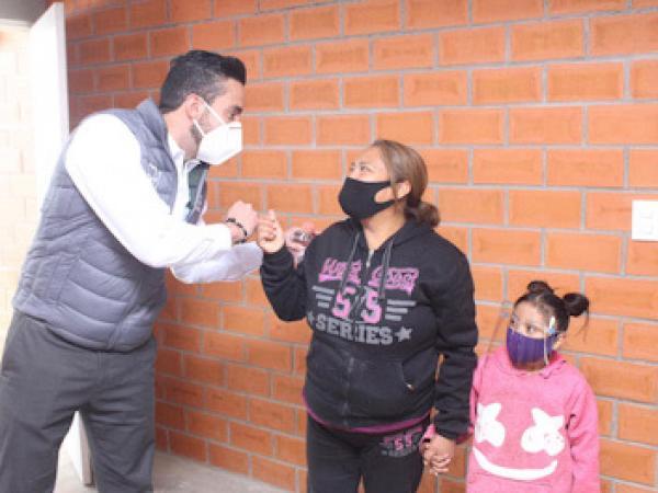 Familias de Cuautlancingo y Totimehuacan son beneficiadas con entrega de casas