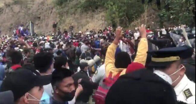 Tensión entre militares de Guatemala y caravana de migrantes